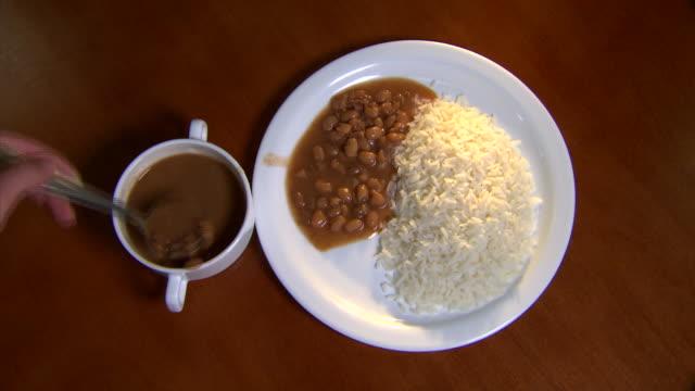 vídeos de stock, filmes e b-roll de rice and beans - arroz alimento básico