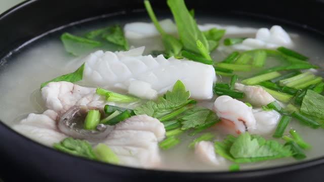 vídeos y material grabado en eventos de stock de arroz congee mezclan con pescados y mariscos. - hervido