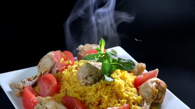 ライス付きのチキンや arroz con 鶏肉 - 太もも点の映像素材/bロール
