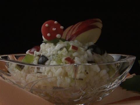 米と果物のガラスのボウル