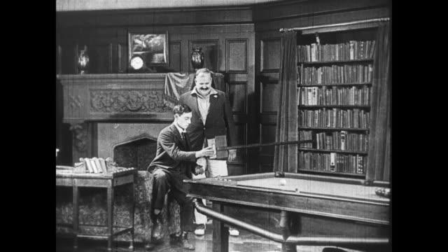 1922 rich family returns to electrified mansion - collaboratore domestico video stock e b–roll