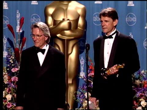 vídeos de stock e filmes b-roll de richard a harris at the 1998 academy awards at the shrine auditorium in los angeles california on march 23 1998 - 70.ª edição da cerimónia dos óscares