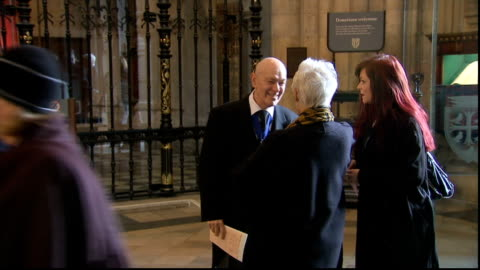richard attenborough memorial service; england: london: westminster abbey: int sir john hurt arrival / robert lindsay arrival/ sue barker arrival/... - neil simon bildbanksvideor och videomaterial från bakom kulisserna