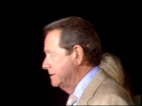 vídeos de stock e filmes b-roll de richard crenna at the 'in country' premier at academy theater in beverly hills california on september 14 1989 - richard crenna