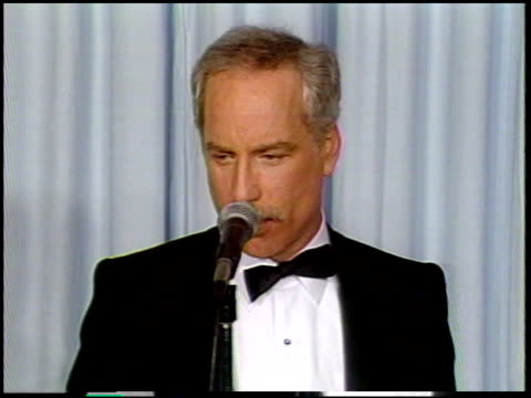 vídeos de stock e filmes b-roll de richard dreyfuss at the 1987 academy awards at dorothy chandler pavilion in los angeles california on march 30 1987 - richard dreyfuss