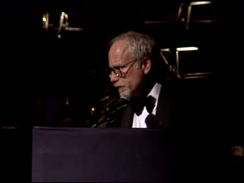 vídeos de stock e filmes b-roll de richard dreyfuss at the american cinema awards at the biltmore hotel in los angeles california on november 2 1996 - richard dreyfuss