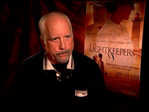 vídeos de stock e filmes b-roll de richard dreyfuss joking about what the film isn't about at the 'the lightkeepers' junket at beverly hills ca - richard dreyfuss