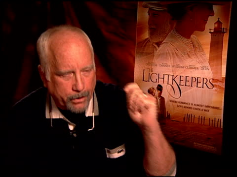 vídeos de stock e filmes b-roll de richard dreyfuss on his role in the film at the 'the lightkeepers' junket at beverly hills ca - richard dreyfuss