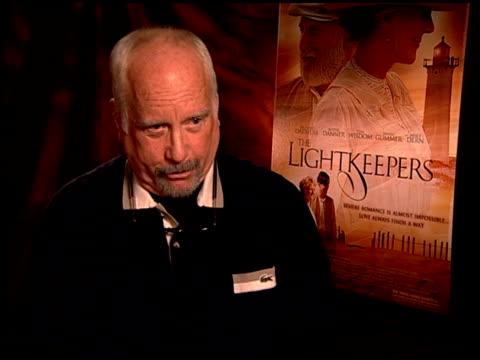 vídeos de stock e filmes b-roll de richard dreyfuss on what he liked about his character in the film at the 'the lightkeepers' junket at beverly hills ca - richard dreyfuss