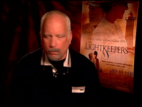 vídeos de stock e filmes b-roll de richard dreyfuss on what he liked about the film at the 'the lightkeepers' junket at beverly hills ca - richard dreyfuss