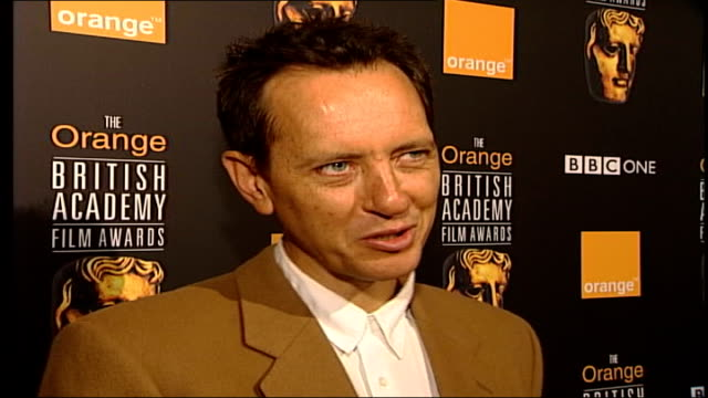 vídeos de stock e filmes b-roll de richard e grant interviewed sot - helen mirren plays tragic character, maggie smith plays comical one / when people cry on screen or in wheelchairs... - richard e. grant