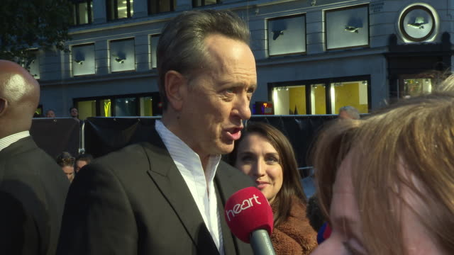 vídeos de stock e filmes b-roll de richard e. grant on whether he would take part in a sequel to 'spiceworld' and how he and melissa mccarthy are now lifelong friends at 'can you ever... - richard e. grant
