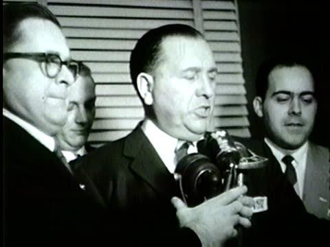vidéos et rushes de wgn richard j daley alongside treasurer morris b sachs win the chicago mayor's office on april 5 1955 - 1955