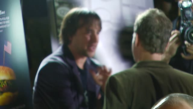 stockvideo's en b-roll-footage met richard linklater and greg kinnear at the 'fast food nation' premiere arrivals at the egyptian theatre in hollywood california on november 10 2006 - richard linklater