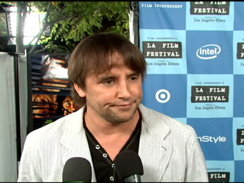 stockvideo's en b-roll-footage met richard linklater on making the film the actors rotoscoping starting a trend at the 'a scanner darkly' premiere at ford theater in hollywood... - richard linklater