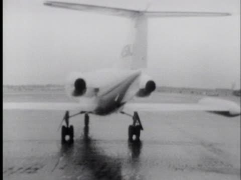 vídeos y material grabado en eventos de stock de richard nixon boards a chartered jet while on the campaign trail during his 1968 presidential campaign. - pollo frito