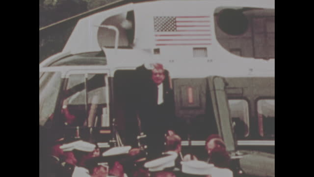 stockvideo's en b-roll-footage met richard nixon gives his final salute while boarding his helicopter to depart from the white house - vredesteken handgebaar