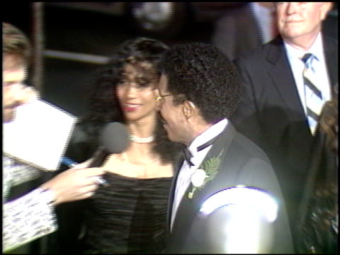 stockvideo's en b-roll-footage met richard pryor at the 'harlem nights' premier at grauman's chinese theatre in hollywood california on november 17 1989 - richard pryor