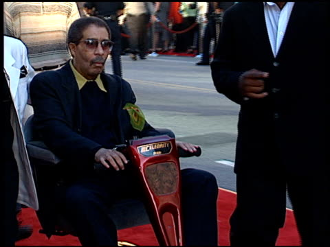 stockvideo's en b-roll-footage met richard pryor at the 'lethal weapon 4' premiere at grauman's chinese theatre in hollywood california on july 7 1998 - richard pryor