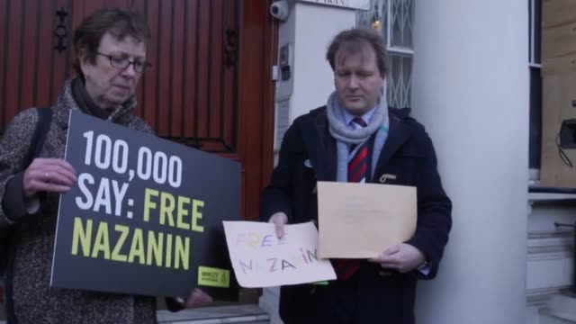 richard radcliffe husband of nazanin zaghariradcliffe delivers a letter to the iranian embassy on behalf of his wife who is jailed in iran - nazanin zaghari ratcliffe video stock e b–roll