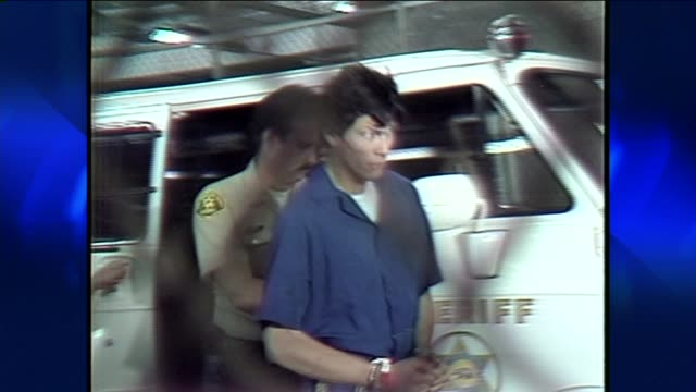 richard ramirez coming out of police car on june 08, 1984 in los angeles, california - 殺人者点の映像素材/bロール