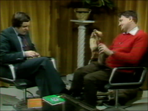 richard whiteley dies; date unknown barnsley: ext richard whitely report to camera in street date unknown yorkshire: richard whitely report to camera... - gioco televisivo video stock e b–roll
