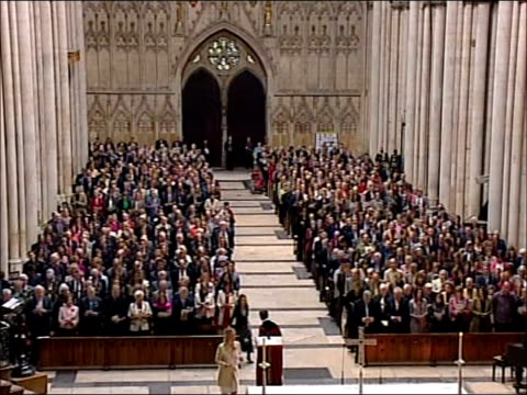 richard whiteley memorial service england yorkshire york york minster tv presenter carol vorderman and others singing at memorial service for richard... - リチャード ホワイトリー点の映像素材/bロール