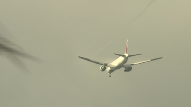 issues of heathrow expansion and brexit england london richmond upon thames ext turkish airlines plane flying overhead wide shot of plane flying... - richmond upon thames stock-videos und b-roll-filmmaterial