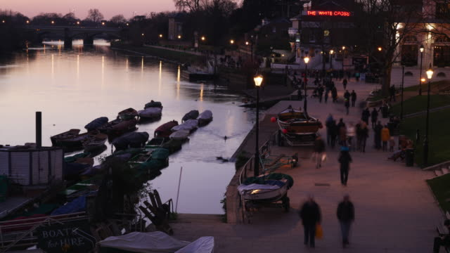 richmond upon thames riverside in the early evening - time lapse - richmond upon thames stock-videos und b-roll-filmmaterial