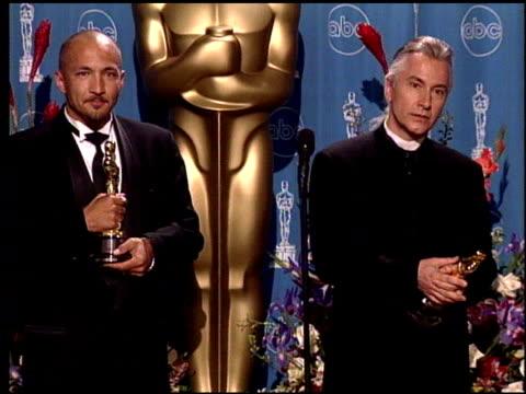 vídeos de stock e filmes b-roll de rick baker at the 1998 academy awards at the shrine auditorium in los angeles california on march 23 1998 - 70.ª edição da cerimónia dos óscares