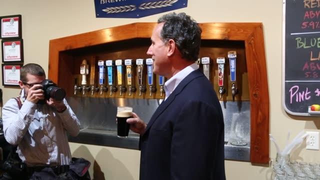vídeos de stock, filmes e b-roll de rick santorum, former senator from pennsylvania and 2016 republican presidential candidate, during a campaign stop at confluence brewery in des... - equipamento de mídia