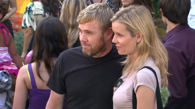 rick schroder, andrea schroder at the walt disney studios presents the world premiere of 'the lion king 3d' at hollywood ca. - リック シュローダー点の映像素材/bロール