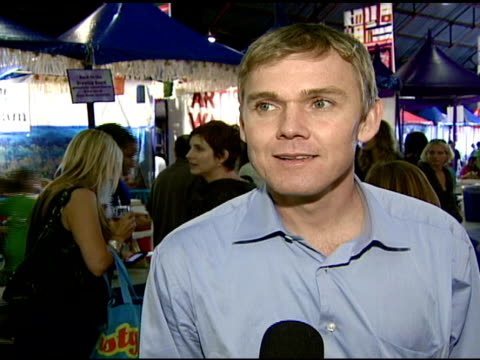 rick schroder on why he wanted to attend the event, on the importance of having art in public schools, and on what they have been doing at the event... - リック シュローダー点の映像素材/bロール