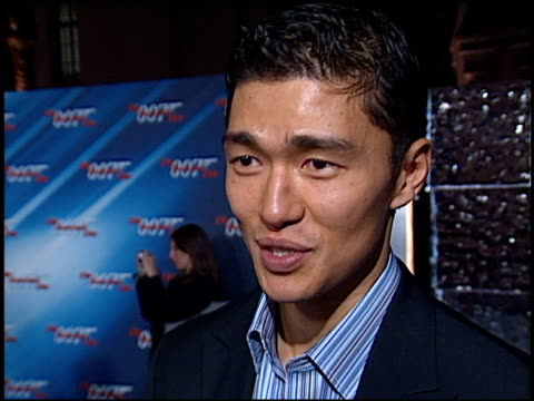 rick yune at the 'die another day' premiere at the shrine auditorium in los angeles, california on november 11, 2002. - 007 ダイ・アナザー・デイ点の映像素材/bロール