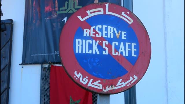 vídeos de stock, filmes e b-roll de rick's cafe casablanca morocco - letra maiúscula