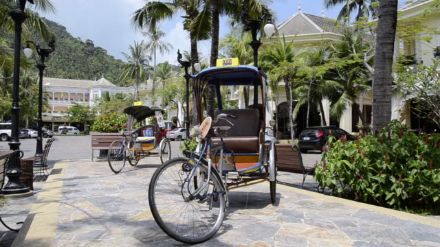 ms rickshaw at buddy plaza ( ko samui island gulf of thailand, asia ) / lamai, ko samui, thailand   - insel ko samui stock-videos und b-roll-filmmaterial