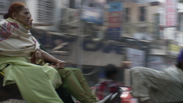 vidéos et rushes de a rickshaw driver pulls two passengers through sudder street in calcutta. - pousse pousse