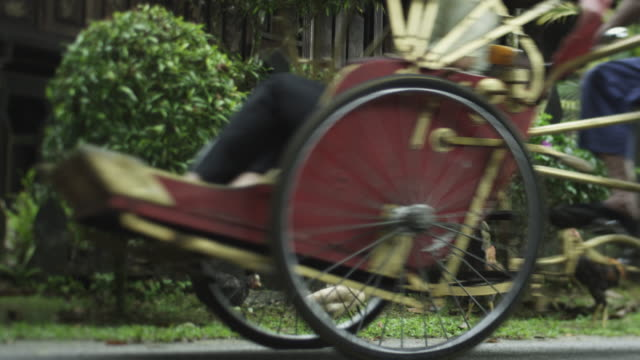 stockvideo's en b-roll-footage met rickshaw passing an asian village house - scherpte verlegging