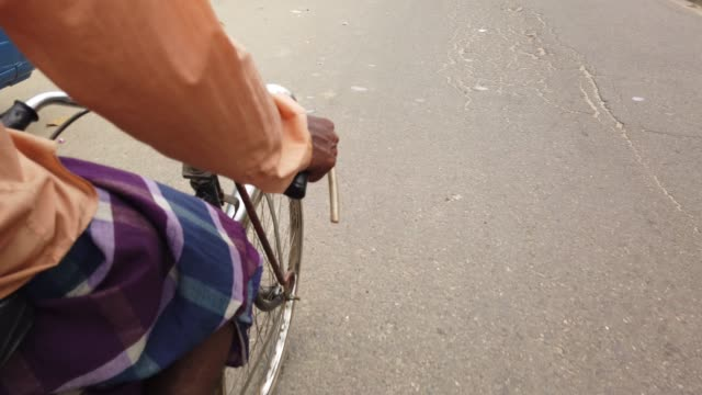 a rickshaw puller running a rickshaw on a street in dhaka - risciò video stock e b–roll