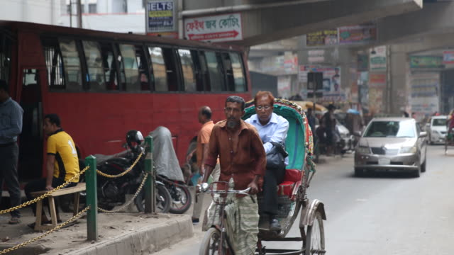 rickshaws in dhaka in bangladesh - risciò video stock e b–roll