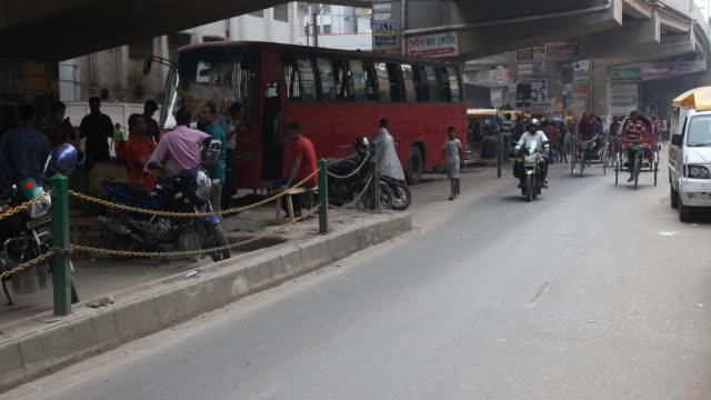 rickshaws in dhaka in bangladesh - bangladeshi culture stock videos & royalty-free footage
