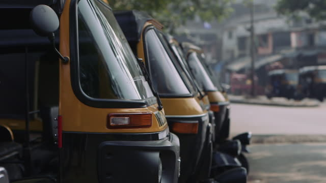 rickshaws parked in the street. mumbai, india - risciò video stock e b–roll