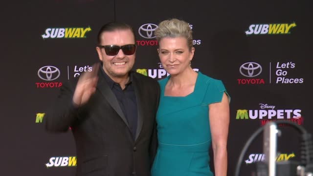 """vidéos et rushes de ricky gervais at disney's """"muppets most wanted"""" los angeles premiere at the el capitan theatre on march 11, 2014 in hollywood, california. - ricky gervais"""