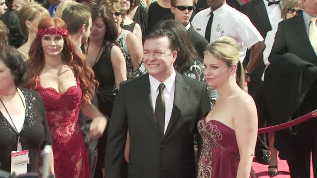 vidéos et rushes de ricky gervais at the 60th primetime emmy awards at los angeles ca. - ricky gervais