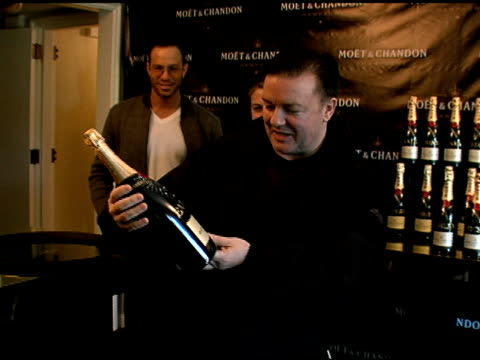 vidéos et rushes de ricky gervais at the luxury lounge in honor of 2008 screen actors guild sag awards at the four seasons hotel in los angeles, california on january... - ricky gervais