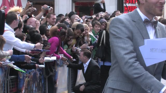 vidéos et rushes de ricky gervais at the night at the museum 2 world premiere at london england. - ricky gervais