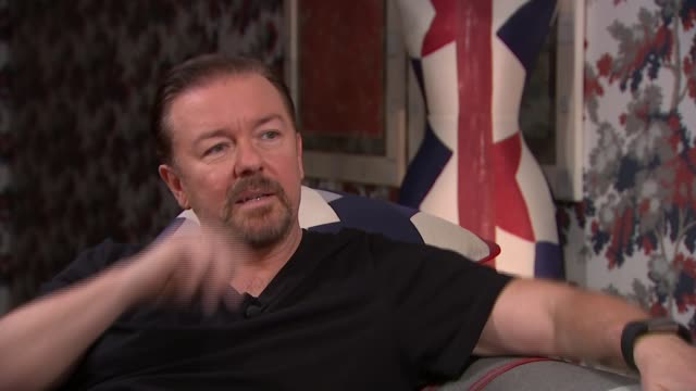 vidéos et rushes de ricky gervais interview; england: london: int ricky gervais setup shot and interview sot cutaways reporter - ricky gervais