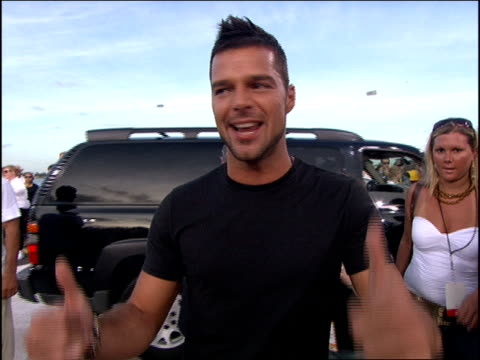 ricky martin arriving at the 2005 mtv video music awards red carpet. - b roll stock videos & royalty-free footage