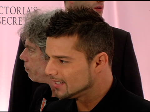 ricky martin at the 10th victoria's secret fashion show arrivals at the armory in new york new york on november 9 2005 - waffenlager stock-videos und b-roll-filmmaterial