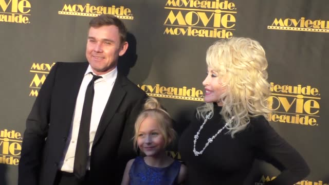 ricky schroder, alyvia alyn lind, and dolly parton at the movieguide 24th annual faith and values awards gala at the universal hilton in hollywood at... - リック シュローダー点の映像素材/bロール